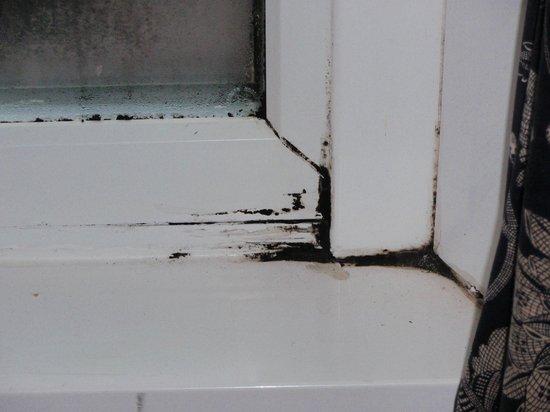Norbreck Castle Hotel: window mold