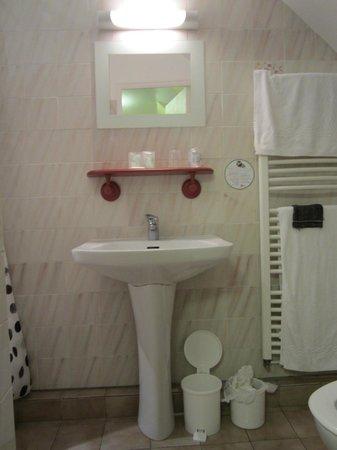 Hotel de la Porte Saint-Malo : salle de bain 3 étoiles ???