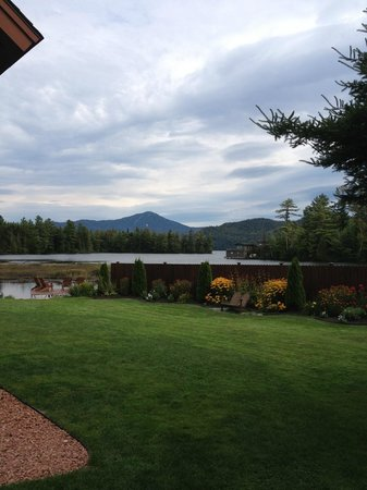 Placid Bay Inn: Beautiful groomed grounds!