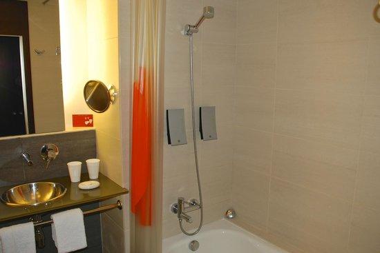 Hotel Sant Cugat : Bath with shower curtain