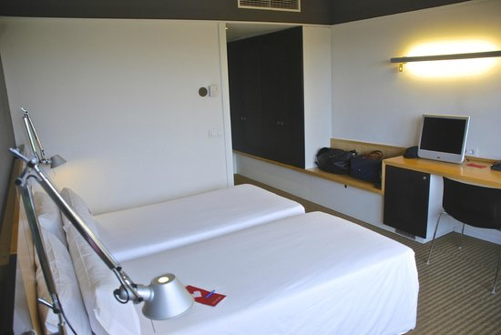 Hotel Sant Cugat : Modern, clean room with free wifi
