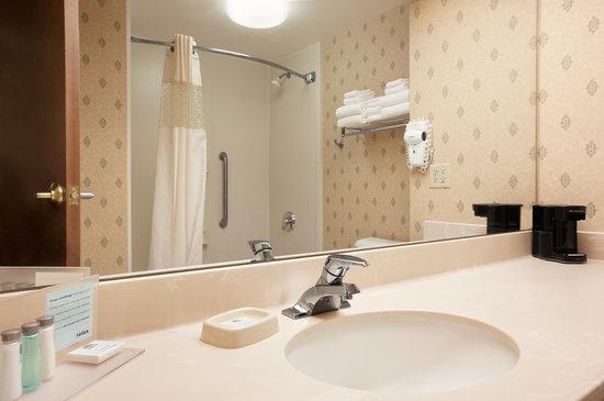 Hampton Inn Waterville: Standard bathroom nonsmoking and smoking