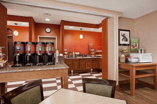 Hampton Inn Waterville: Breakfast area 2