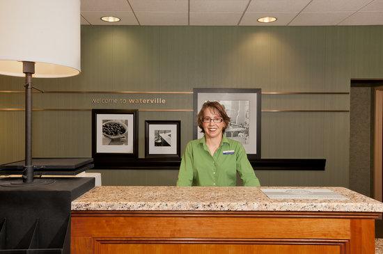 Hampton Inn Waterville: Front Desk