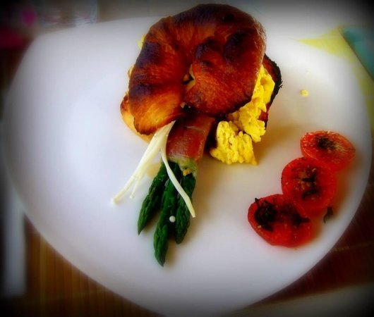 The Del Ray B&B : Prosciutto wrapped asparagus, enoki mushrooms, scrambled eggs, fried tomatoes :)