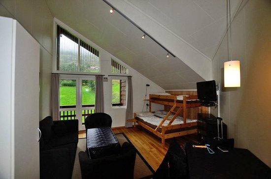 Vossestrand Hotel & Apartement : Living room & beds