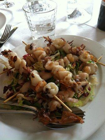 Il Mandorlo : Spiedini di calamari su letto di insalata