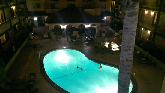 Embassy Suites by Hilton Lompoc Central Coast: View from the 3rd floor at night looking down to the pool and jacuzzi area!