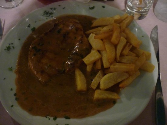 Janis Taverna Restaurant: Chicken with white wine and garlic sauce and chips - delicious and filling!