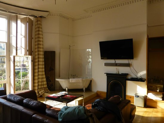 Hotel Una: the bath and bedroom