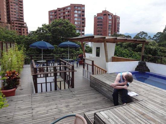 Casa Kiwi Hostel Medellin: Rooftop area with bath tu.. I mean plunge 'pool' ;)
