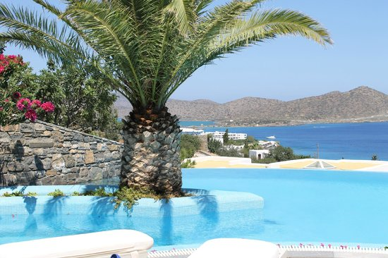 Elounda Gulf Villas & Suites: VIEW OVER INFINITY POOL AND BAY OF MARABELLO