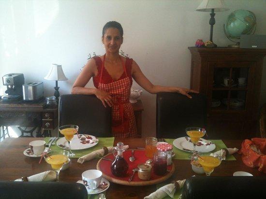Gite Au Croissant de Lune: der Frühstückstisch mit der Besitzerin