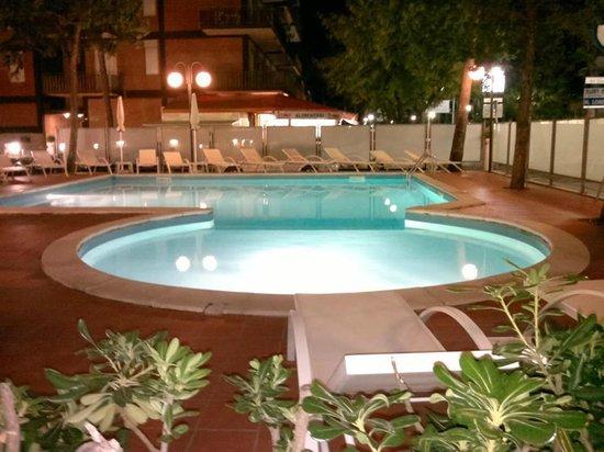 Color San Marco Yacht Hotel Mi.Ma : Piscina di sera