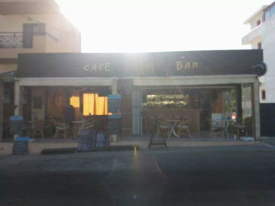 Koula Apartments: Yamas Bar