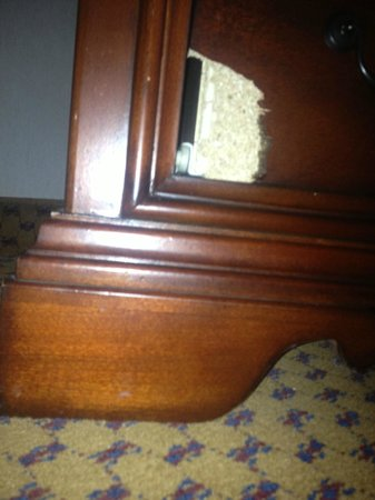 Embassy Suites by Hilton Denver Southeast: Broken Furniture