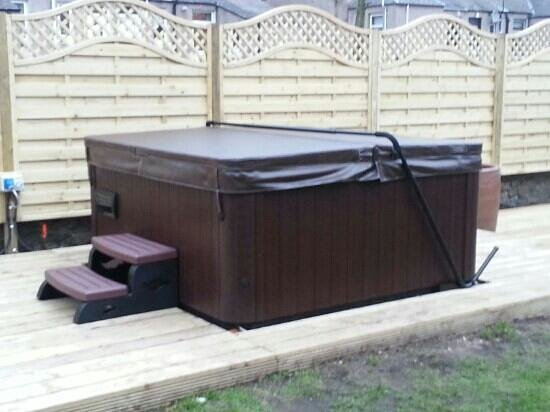 Dunclutha Guest House: Hot tub in back garden all year round.