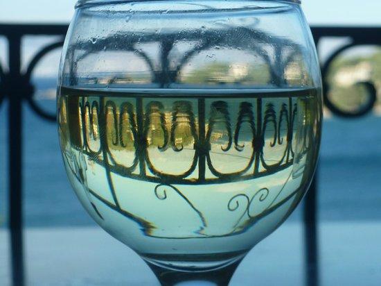 Dimitrios Apartments: Arty wineglass on the balcony!