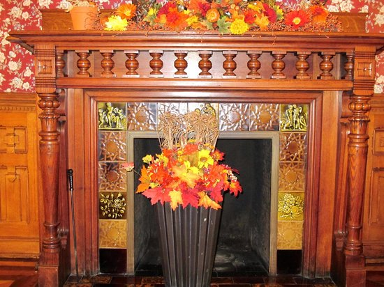 Reynolds Mansion Bed and Breakfast: Dining Room Fireplace Fall Decorations
