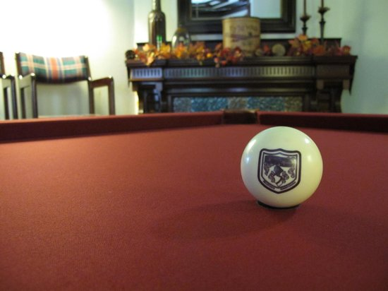 Reynolds Mansion Bed and Breakfast: Pool Table in the Billiards Room - new cranberry cover