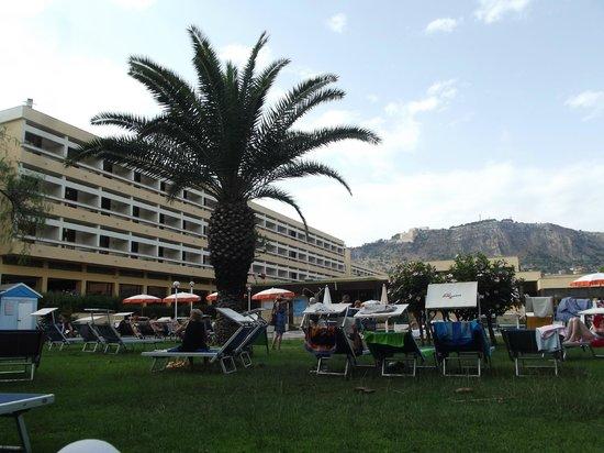 Club Lipari Hotel : derrière de l'hôtel d'un transat