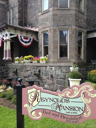 Reynolds Mansion Bed and Breakfast: Reynolds Mansion sign and newly planted mums