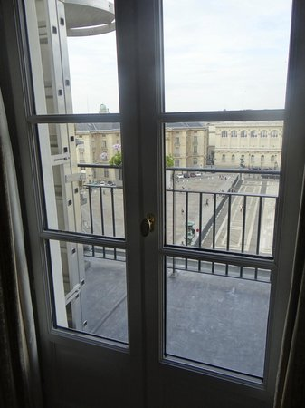 Hotel des Grands Hommes: French doors leading from the bed