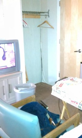 Seabonay Motel: PEELING WALLPAPER
