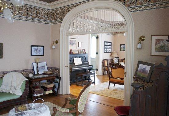 La Belle Vie Bed & Breakfast : common room/pocket door
