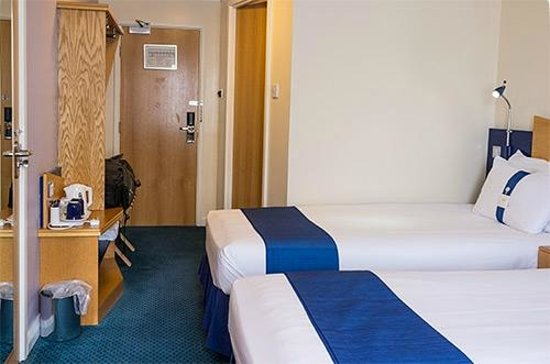 Holiday Inn Express Glenrothes: Twin beds in room 246, one is against bathroom wall, to the left is door to adjacent room