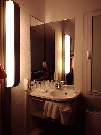 Ibis Budget Dresden Kesselsdorf: умывальник прямо в комнате, а не в ванной, как по мне очень удобно