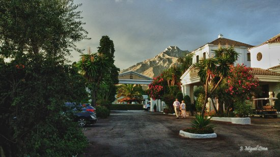 Marbella Club Hotel: Aparcamiento, recepción y montaña al fondo