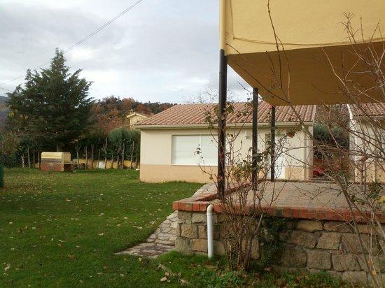 Albergue Juvenil Sierra de Gredos: FRENTE AULA Y JARDIN
