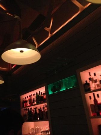 Alley Cocktail Bar: decor