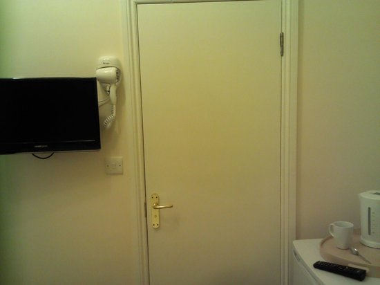 Pearl Hotel London : El secador fuera de baño porque dentro no hay sitio