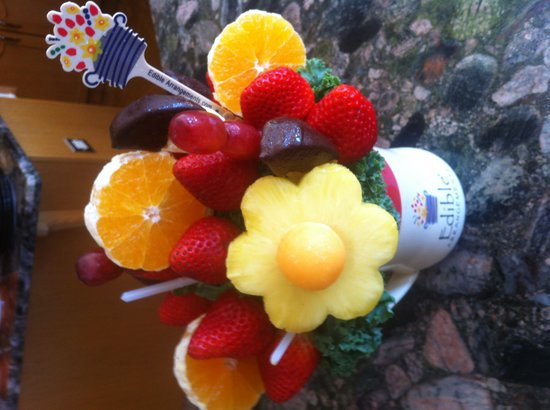 Wyndswept Bed and Breakfast: Bouquet of fresh fruit!
