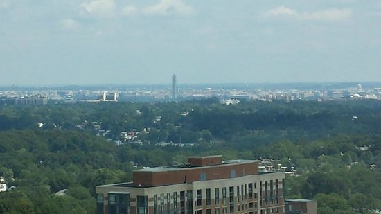 Hilton Alexandria Mark Center : Washington Monument in the distance