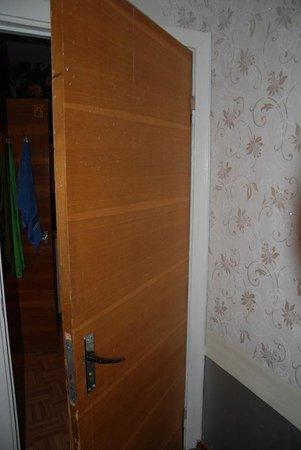 Hotel Aukstaitija: Дверь в комнату