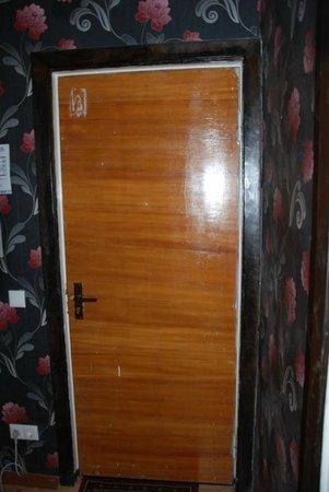 Hotel Aukstaitija: Входная дверь