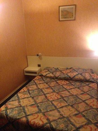 Hotel Residence Villiers: le lit avec des draps troués