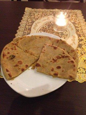 Ginti Indisches Restaurant: gefüllte paratha