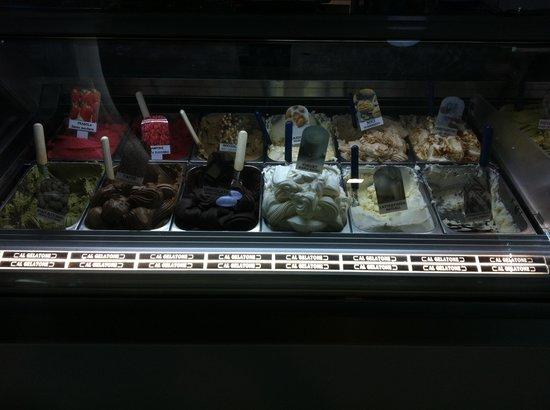 Al Gelatone: Una delle tre vetrine dei gelati