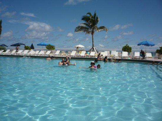 Ramada Plaza Marco Polo Beach Resort: Piscina