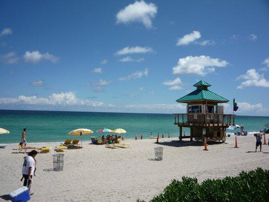 Ramada Plaza Marco Polo Beach Resort: Praia em frente ao hotel
