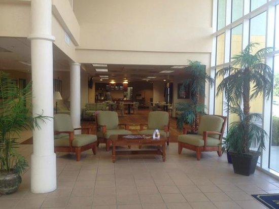 Allure Suites: Hotel lobby