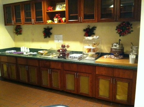 Allure Suites : Breakfast area