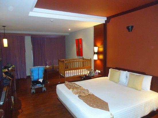 Novotel Samui Resort Chaweng Beach Kandaburi: Quarto com berço e cama super king para mais uma criança