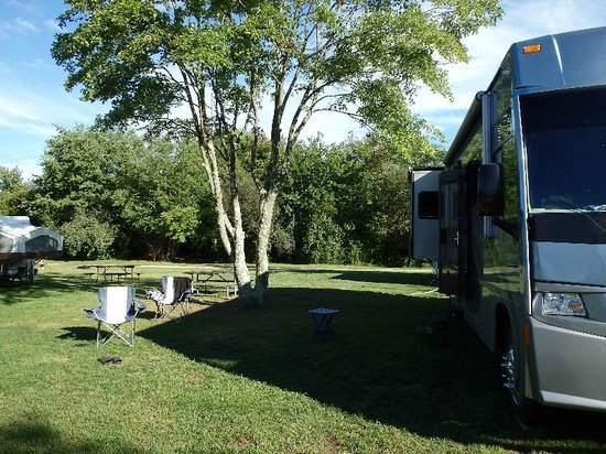Seaport RV Resort and Campground: Our campsite,, that tent trailer is actually 6ft on our site!