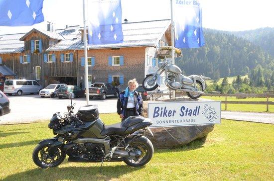 Gasthof Schwabenhof: Bikerwirtin Ulli vorm Schwabenhof