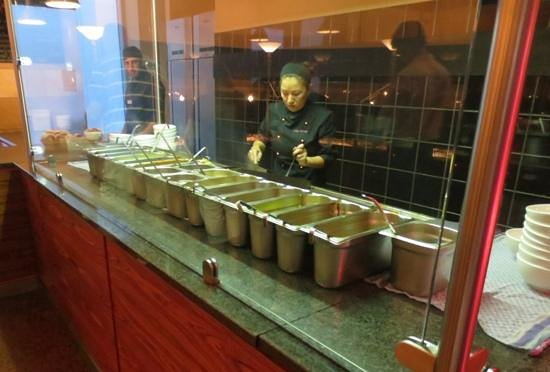 Mongo's Restaurant München: The chef goes to work on your bowl